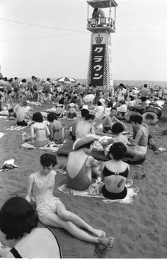 Enoshima 江ノ島 - Japan - 1958 Source : maboroshi-ch.com Japanese History, Asian History, Japanese Culture, Photos Du, Old Photos, Vintage Photos, Japan Beach, Showa Era, Geisha