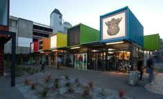 Shopping center é construído apenas com containers reciclados