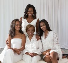 Former First Lady Michelle Obama with the ladies of her family, her mother Marion Robinson and daughters Sasha and Malia Obama. Wow look at… Malia Obama, Barack Obama Family, Obamas Family, Michelle Obama Mother, Michelle Et Barack Obama, Michelle Obama Fashion, Beautiful Family, Black Is Beautiful, Simply Beautiful