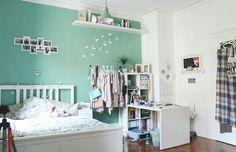 Süß eingerichtetes Zimmer für Frauen: Türkise Hintergrund mit Bildern und Schmetterling dekoriert. #WG #Zimmer #Einrichtung