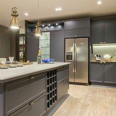 Cozinha com ilha central: belíssimo. Beautiful Kitchen Designs, Modern Kitchen, Contemporary Kitchen, Kitchen Modular, Kitchen Room Design, Kitchen Furniture Design, Kitchen Design, Provence Kitchen, Home Decor Furniture