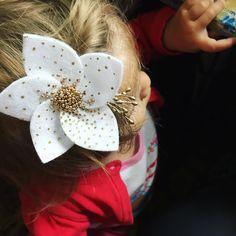 160 отметок «Нравится», 54 комментариев — Повязки  бантики  короны  (@marmeladka_shop_) в Instagram: «. Ещё один пятилистник расшитый бисером, но совершенно другой! Цветочек выполнен из очень красивого…» Felt Flowers, Diy Flowers, Fabric Flowers, Newborn Girl Headbands, Halloween Hair Bows, Flower Hair Bows, Toddler Hair Clips, Diy Bow, Girls Hair Accessories