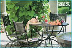 Cu gândul la zilele călduroase de vară și la cele mai frumoase terase din oraș.  Peisajul perfect: limonadă, o carte bună, flori colorate și miros de tei.