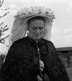 Vrouw in klederdracht met toer-muts, Venray (1950-1960) fotograaf: Oorthuys, Cas #Limburg