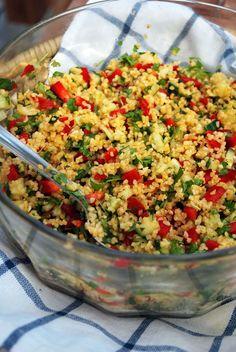 Tabbouleh Tabbouleh (neljälle)  - 4 dl keitettyä bulguria (noin 1 dl per suu) - 1 sipuli (punasipuli sopii erittäin hyvin) - 2 valkosipulinkynttä - ½ kurkkua - 1 punainen paprika -  reipas kourallinen tuoretta minttua -  reipas kourallinen tuoretta persiljaa - 1 sitruunan mehu - hyvää oliiviöljyä + suolaa ja mustapippuria Vegan Recipes, Cooking Recipes, Vegan Baking, Paella, Fried Rice, Feta, Tapas, Bbq, Food Porn