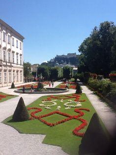 Kunstvolle Blumenornamente im Mirabellgarten Big And Beautiful, Beautiful World, Amazing Gardens, Unicorns, Four Square, Stepping Stones, Outdoor Decor, Travel, Water Games