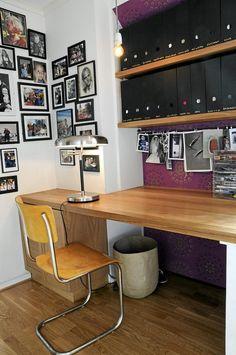 Hjemmekontoret er dekorert med mange familiebilder, og en lekker tapet fra Berge Interi�r. Skrivepulten er tilpasset etter veggen. Office Desk, Corner Desk, Interior, Table, Room, House, Furniture, Home Decor, Corner Table