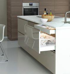 Tyylikäs VOXTORP-keittiö vaaleilla, kiiltävillä ovilla