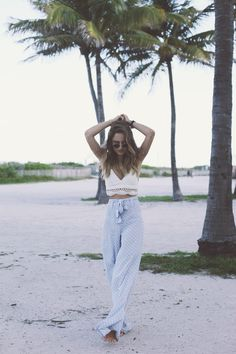 What to Wear this Summer: 17 Stylish Outfit Ideas Cute Work Outfits, Stylish Outfits, Spring Summer Fashion, Spring Outfits, Old Fashion Cocktail Recipe, Fasion, Fashion Outfits, Flowy Pants, Blue Pants
