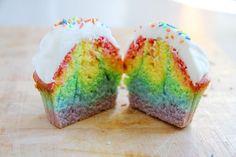 Heute gibt es das Rezept für farbenfrohe Regenbogen Cupcakes mit Frostig auf dem Blog. Diese Cupcakes sind auf jeden Fall der Hingucker mit dem Rainbow.