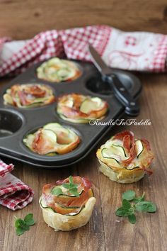 pizza - Rose di zucchine e speck, ricetta antipasto facile e sfizioso Courgette and speck roses, easy and tasty appetizer recipe Very easy to prepare puff pastry roses with zucchini and speck, a Easy Appetizer Recipes, Yummy Appetizers, Yummy Food, Tasty, Snacks Für Party, Food Platters, Appetisers, Antipasto, I Love Food