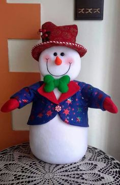 Aprende como hacer lindos muñecos de nieve con tela - Manualidades y Costura Snowman Crafts, Christmas Crafts, Christmas Decorations, Xmas, Holiday Decor, Dollar Tree Decor, Sock Toys, Personalized Christmas Ornaments, Christmas Stockings