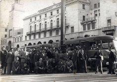 """""""Tifoseria bresciana"""" - Piazza Vittoria - 1950 http://www.bresciavintage.it/brescia-antica/documenti-storici/tifoseria-bresciana-piazza-vittoria-1950/"""