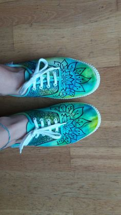 Sewing, Crochet & more DIY Painted shoes tie dye. Made with sharpies and alcohol. Tie Dye Shoes, How To Dye Shoes, How To Tie Dye, Sharpie Shoes, Sharpie Tie Dye, Tie Dye With Sharpies, Sharpie Projects, Sharpie Crafts, Zentangle