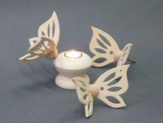 Waxinelichthouder - Van de vlindersluitingen, die als sluiting voor de kist gebruikt kunnen worden, is ook een waxinelicht te maken. Deze kan als herinnering bewaard worden. Ook deze is te versieren.  Zie ook de site van Radboud Spruit. http://www.grafkist.nl.