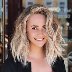 12 of the Most Flattering Medium Hairstyles for Thick Hair - Schulterlange Haare Ideen Thick Hair Styles Medium, Medium Long Hair, Short Hair Styles Easy, Medium Hair Cuts, Curly Hair Styles, Medium Lengths, Short Cuts, Layers For Thick Hair, Cute Hair Cuts Short