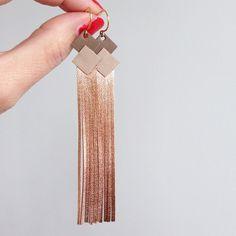 Boucles d'oreilles Cuir 'frange' Taupe -muscade- champagne rosé attache plaqué or bijoux femme réalisé a la main personnalisable : Boucles d'oreille par lucky-rosetta