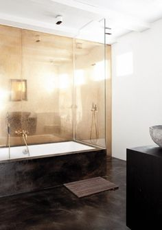 petite salle de bains -blanc-marron-fonce-panneau-mural-or