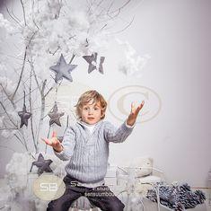 Jorge. Navidad 2013. Christmas by Sensuum boutique. infantil. children. fotografia de estudio. niños. fotos de niños. fotografo infantil. Merida. Merida fotografos. Extremadura. Sensuumfoto. especial niños. arbol. estrella. osito. gris. piña. triciclo. niños merida. kids photo. merida photographer. star.