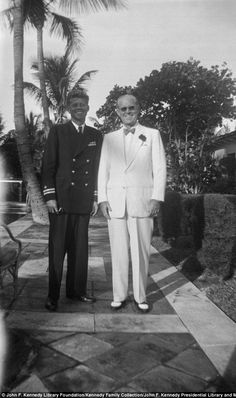 John F. Kennedy (left) with his father, Joseph P. Kennedy (right) at the family's home in Palm Beach, Florida Les Kennedy, Jacqueline Kennedy Onassis, Jackie Kennedy, American Presidents, Us Presidents, American History, Celebridades Fashion, Familia Kennedy, John Fitzgerald