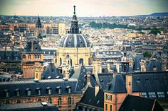 Du haut de la montagne Sainte-Geneviève sur laquelle il est installé, le Panthéon domine de sa haute silhouette le quartier latin et la Sorbonne.