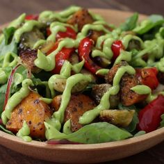 Roasted Veggie Salad With Avocado Dressing paleo dinner meals Healthy Salads, Healthy Eating, Healthy Recipes, Avocado Salads, Vegan Recipes 200 Calories, Vegetarian Recipes Videos, Healthy Lunches, Cucumber Salad, Caprese Salad