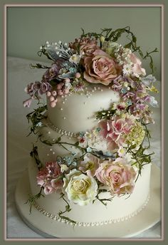 This is by far one of the most tasteful, chic and prettiest cakes I've seen on Pinterest. It has just the right amount of very talented detailing and the colours are gorgeous. I love it. ᘡɳᘠ
