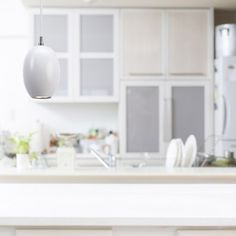 Lámpara de techo de la colección Creta con pantalla diseñada en forma ovalada disponible en tres acabados: madera de haya, roble o blanca. Perfecta para iluminar tu comedor o salón de estilo moderno.