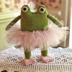 Easy Amigurumi Tutu Tutorial • Le Petit Saint Crochet Diy Crochet Toys, Crochet Tutu, Crochet Frog, Crochet Dragon, Crochet Books, Crochet Baby, Crochet Projects, Crocheted Toys, Crochet Animal Patterns