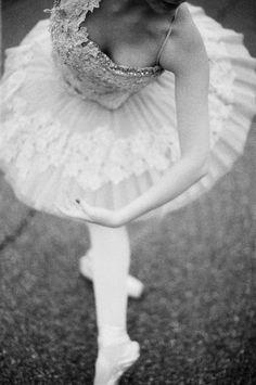 ballerina in black and white // rylee hitchner photography #ryleehitchner #ballet #blackandwhite
