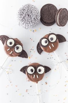Everyone will love this spooky Halloween treat! Oreo Bat Cookie Sticks are made with oreos, chocolate, & candy! Make these for your Halloween Party!