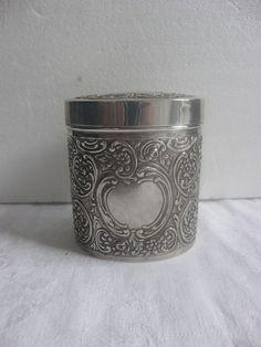 Online veilinghuis Catawiki: Ovale zilveren theebus met voluten en medaillons, Nederlands herkeurd, ca 1930