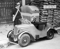 La chica que conduce un Rytecraft está hablando con el personal de un refugio antiaéreo. Inglaterra, 1939.