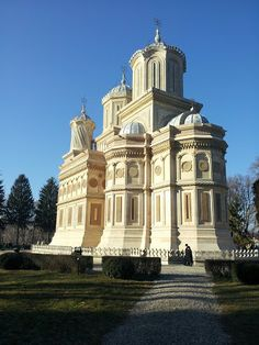 Curtea de Arges Monastery Church Architecture, Amazing Architecture, Places Worth Visiting, Cult, The Beautiful Country, Cathedrals, Old Houses, Places To Go, Castle