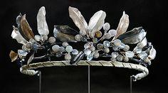 Midnight Tiara         Cette pièce unique a été conçue par la maison Lynggard, joallier de la cour danoise depuis 2008.       Ce diadème se compose d'argent,d'or blanc, de diamants, mais surtout de pierres de lune taillées de façon à jouer avec les ombres afin de recréer l'ambiance du clair de lune à minuit...