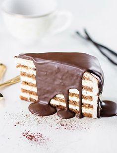 Splash Torte Biskitty Torten Konfigurator - Die herrlich luftige Schokoladenkomposition verführt mit dem zarten Geschmack der Bourbon-Vanille aus Madagaskar. Überzogen ist sie mit edler heller und dunkler Schokolade.