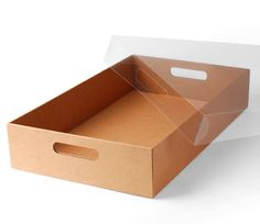 Present your cupcakes in this attractive cardboard tray. Resistant and with handles so it is easy to carry. For 12 and 24 cupcakes. The ideal tray! Dessert Packaging, Bakery Packaging, Food Packaging Design, Box Packaging, Brownie Packaging, Xmas Hampers, Brunch, Bokashi, Diy Gift Baskets