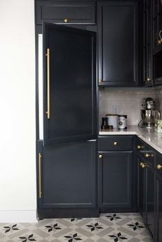 Retro Chic Elegance: The Perfect Blend of Modern and Classic Design in This Home's Decor Black Kitchen Cabinets, Kitchen Cabinet Colors, Black Kitchens, Kitchen Appliances, Upper Cabinets, White Cabinets, Kitchen Black, Colorful Kitchens, Fancy Kitchens