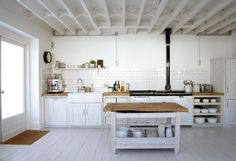 une cuisine élégante et blanche dans le style campagne