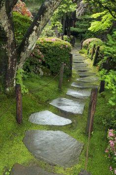 gartenideen mit großen steinplatten und viel grüne