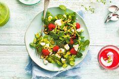 Slanke salade voor tussendoor, met zoete en hartige ingrediënten - Veldsla met geitenkaas en frambozen - Recept - Allerhande