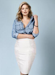 rebel wilson witte rok met spijkerblouse