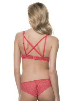 Soft wired plunge bra with the straps crossed on the back. Available in Mambra / Miękki koronkowy biustonosz na fiszbinach z ramiączkami krzyżowanymi na plecach. Dostępny w Mambra.