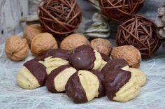 Des petits sablés très gourmands au chocolat très faciles à faire et qui se conservent plusieurs semaines dans une boite en fer. Ingrédients pour une cinquantaine de biscuits : 350g de farine 50g de poudre de noix 120g de beurre mou 100g de sucre glace...