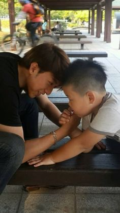CNBLUE's Jungshin and his little nephew get into an arm wrestling match during Chuseok | allkpop.com