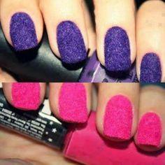 leuk idee, eerst een laagje nagellak op je nagels daarna zacht zand er overheen doen en tot slot voorzichtig nog een laagje nagellak van dezelfde kleur opdoen.