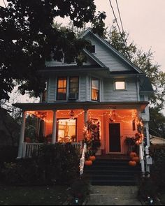 Casa Halloween, Halloween Porch, Halloween Room Decor, Outdoor Halloween, Halloween Living Room, Fall Room Decor, Cute Halloween Decorations, Halloween Parties, Halloween Movies