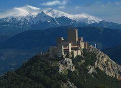 Jaén es una de las ciudades con más historia de Andalucía. La ciudad del Santo Reino tiene un enorme pasado que vale la pena descubrir tanto en su laberinto de callejuelas medievales como en la gran cantidad de monumentos que atesora la villa. Precisamente hoy queremos dejarnos caer por uno de ellos, que además desde 1965 es Parador Nacional de Turismo. Se trata del Castillo de Santa Catalina