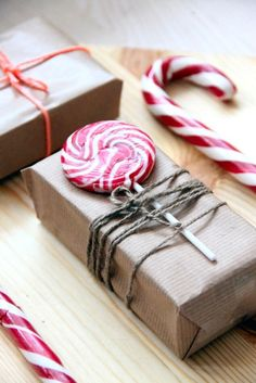 Creative and Inexpensive Christmas Gift Wrapping Ideas Cute gift wrap idea with candy.Cute gift wrap idea with candy. Creative Gift Wrapping, Present Wrapping, Creative Gifts, Cute Gift Wrapping Ideas, Wrapping Papers, Creative Ideas, Brown Paper Wrapping, Inexpensive Christmas Gifts, Christmas Gift Wrapping