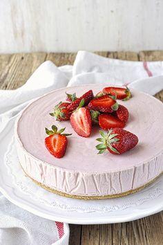 Παγωμένη τούρτα μους φράουλας με λευκή σοκολάτα / Frozen strawberry & white chocolate mousse cake White Chocolate Mousse Cake, Food Styling, Panna Cotta, Strawberry, Sweets, Fruit, Frozen, Cooking, Ethnic Recipes